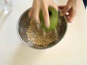 水回し器でそば粉をかき混ぜる様子